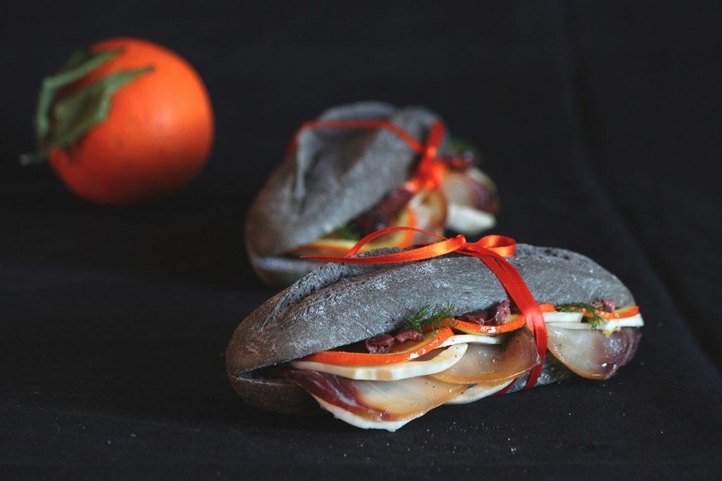 Ricetta Pane nero con spada, finocchi, arance e profumi