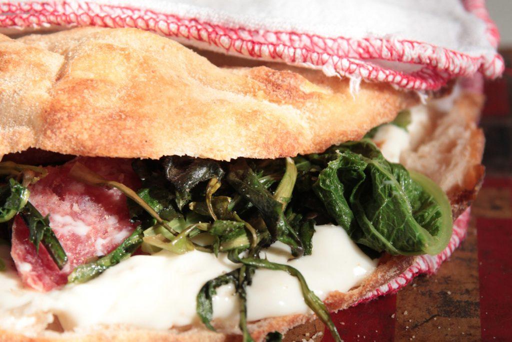 Ricetta Schiacciatina romana con squacquerone, erbette di campo e salame