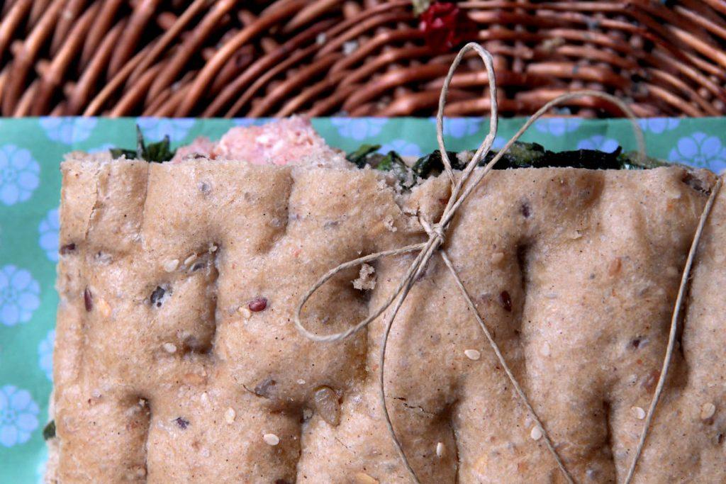 Focaccia ligure ai cereali con erbe di campo e salsiccia