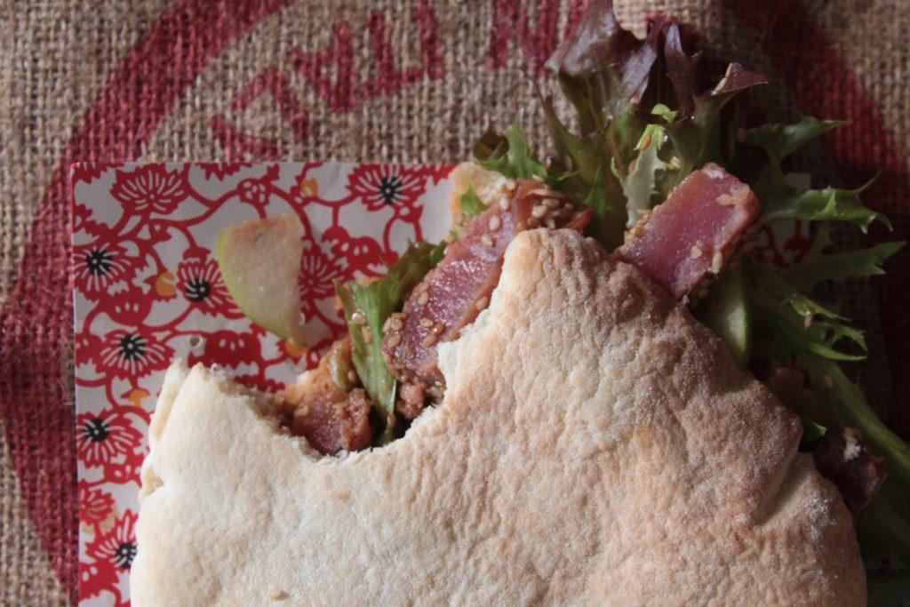 Ricetta Pane arabo bianco con tonno tataki e mele verdi