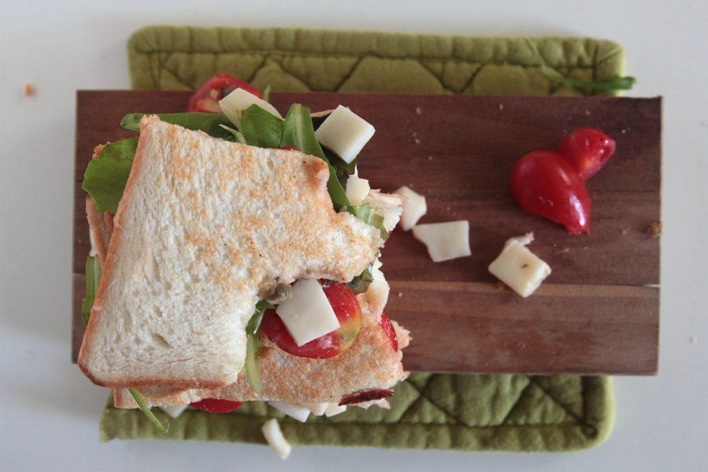 Ricetta Toast con pomodori, scamorza, misticanza e capperi