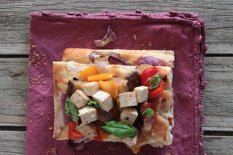Ricetta Focaccia Vegana con caponata di verdure, tofu e basilico