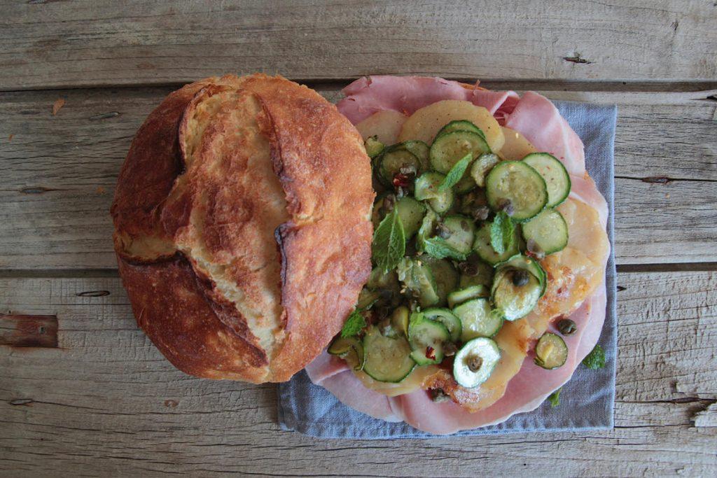 Ricetta Panino Croce del Sud alla Pantesca con zucchine, prosciutto e capperi