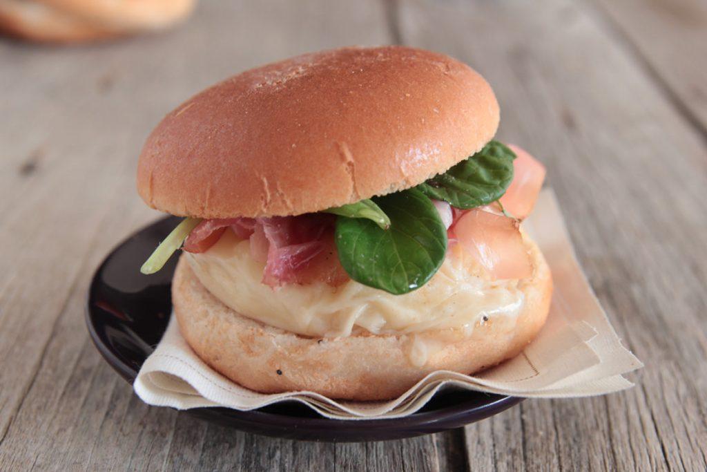 Ricetta Mini Hamburger con tomino, speck, spinacino e miele