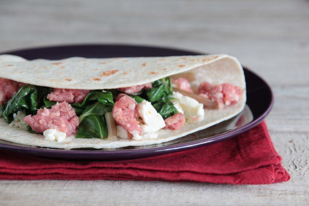 Ricetta Piadina romagnola con erbe saltate, salsiccia e squacquerone