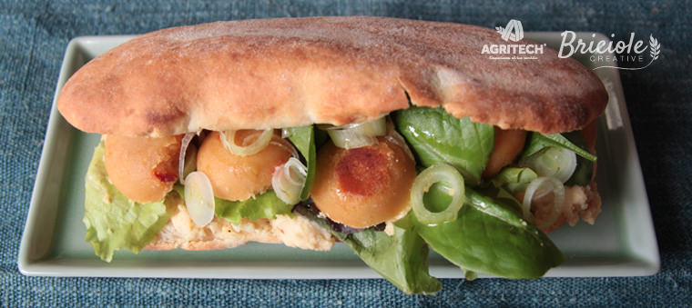 Ricetta Panpizza ovale con felafel, hummus, cipollotti e misticanza