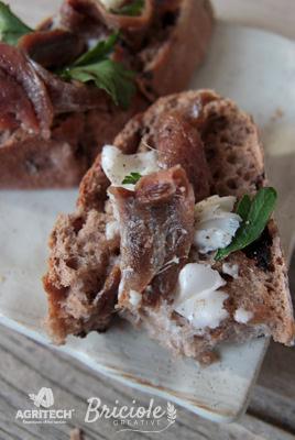 Ricetta Pane alle olive con burro e acciughe