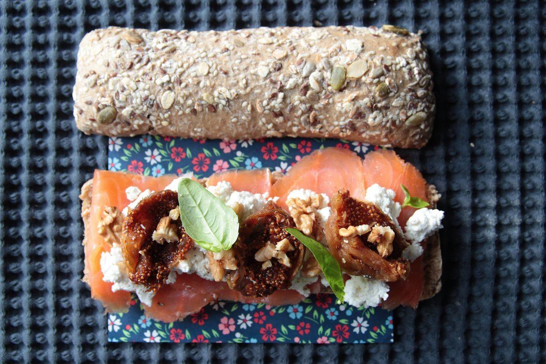 Ricetta con il pane Ciabatta con ricotta, salmone, fichi secchi, noci e basilico