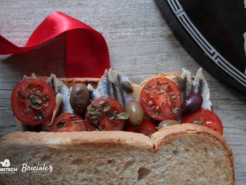 Ricetta Toast con pomodoro, alici, olive, capperi e aglio