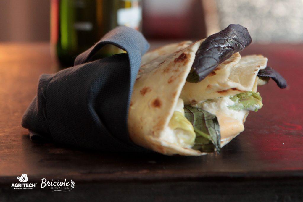 Ricetta Piadina con burratina affumicata, avocado e spinacini