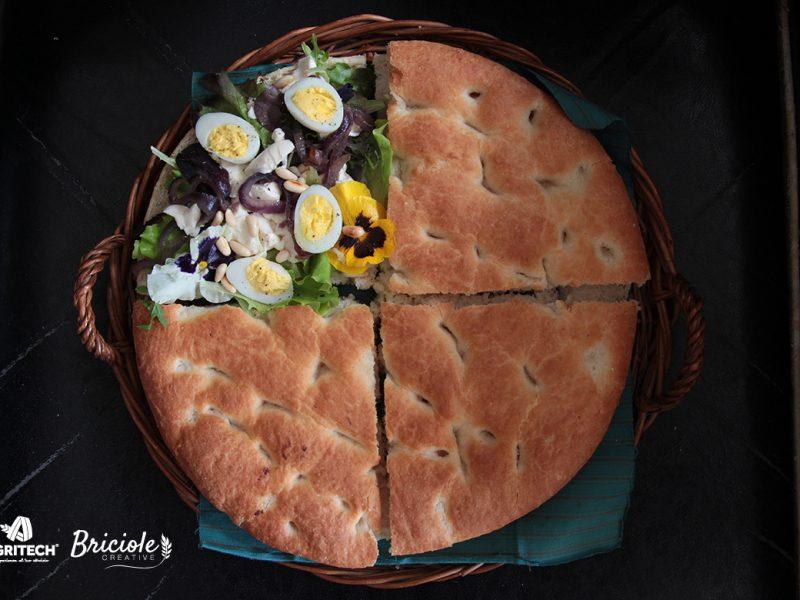 Ricetta Focaccia marinara con uova di quaglia, misticanza, tofu, cipolla e pinoli
