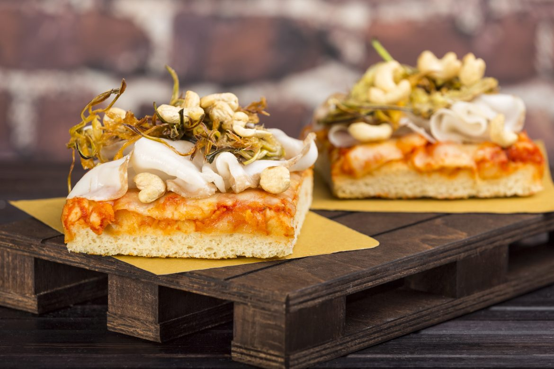 Ricetta Pizza Margherita con carciofi fritti, lardo e anacardi