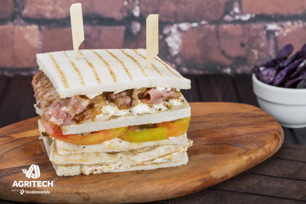 Ricetta Club sandwich con pollo alla piastra, bacon, insalata e senape